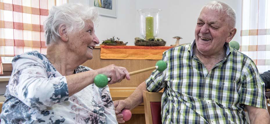 Dieses Bild zeigt zwei lachende Senioren, die gemeinsam Spaß haben