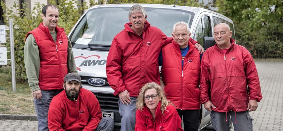 Dieses Bild zeigt das Team der AWO Tagespflege Rödental vor einem AWO-Auto