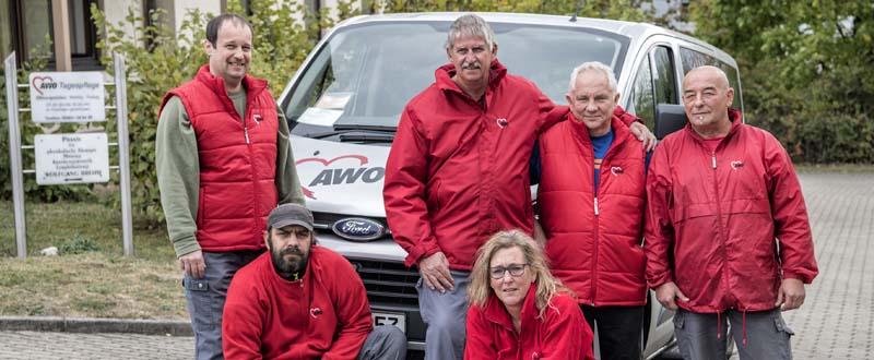 Dieses Bild zeigt das Team der AWO Tagespflege Rödental vor einem AWO Auto